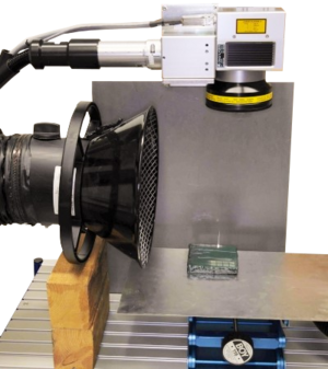Laserarbeitsplatz mit CL100, Absaugung und kleiner Hebebühne