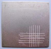 Gezeigt wird ein Gitterschnitt von modifiziertem UV-Klarlack auf Stahl.