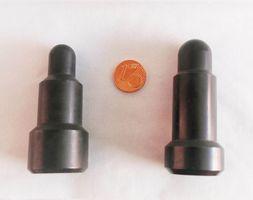 Die Abbildung zeigt zwei unterschiedliche Prüfstempel im Größenvergleich mit einem 1 Euro-Cent Stück. Der dünnste Teil der Prüfdorne ist rund hat ungefähr den Durchmesser der Münze.