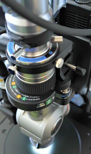Die an der entsprechenden Halterung befestigten Schwingobjektive mit Schwing-Objektiv mit 20 - 200 und 200 - 2000 facher Vergrößerung werden gezeigt.