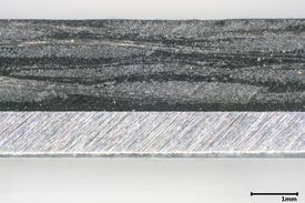 Die Abbildung zeigt einen Querschnitt eines Aluminium-Organoblech-Verbundes.
