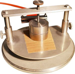 Messung der Wärmeleitfähigkeit - Probenhalter mit eingelegten Proben und Sensor