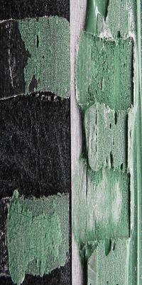 Gezeigt wird der Vergleich eriner Verklebungen von Kunstrasen ohne und nach Feuchtelagerung.