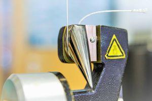Abbildung einer pneumatischen Fadenklemme mit gespanntem Faden