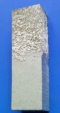 Die Aluminiumlegierung ist dargestellt, wobei der untere Teil des Körpers chemisch gereinigt wurde.