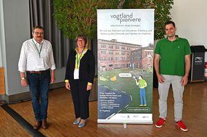 The picture shows Dr. Bernd Grünler (INNOVENT e.V., left), Fabian Schreiber (TITV e.V., right) and Gisela Philipsenburg (Head of Department for Regional Sustainable Innovation Initiatives)