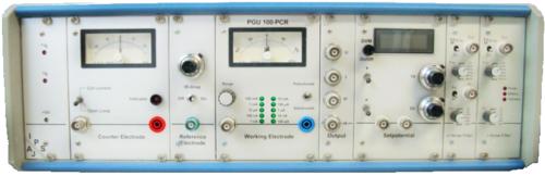 Die Abbildung zeigt die Frontansicht des Potentiostat PGU-100PCR mit verschiedenen Kontaktierungs-, Regelungs und Messeinheiten.