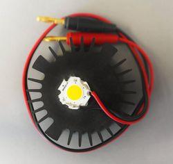 In Form einer Draufsicht ist die Anbindung eines Aluminiumkühlkörper an eine Hochleistungs-LED mittels des entwickelten Entwärmungsmaterials dargestellt.