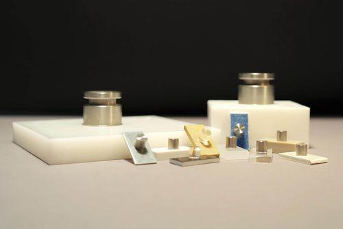 Die Abbildung zeigt Prüfkörper aus verschiedenen Materialien und unterschiedlicher Form