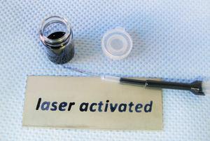 Ein mittels Laser aktivierter Bereich auf einem Edelstahlblech wird durch Testtinte deutlich sichtbar gemacht