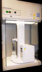 Die Abbildung zeigt die Kombination eines Shimadzu Dip Coaters mit einer Laminar Flow Box.