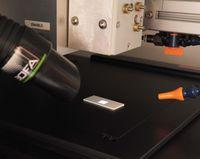 193 nm ArF-Laser (Innenansicht Arbeitskammer mit xy-Verfahrtisch, Gasspülung und Absaugung)
