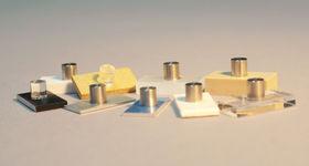 Klebeverbunde aus unterschiedlichsten Materialkombinationen als Prüfkörper für Haftungsuntersuchungen werden gezeigt.