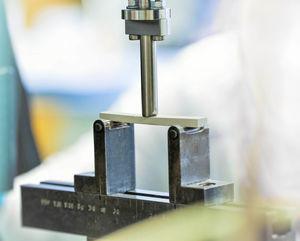 Abbildung eines Dreipunktbiegeversuchs an der Universalprüfmaschine