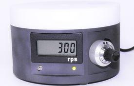 Die Abbildung zeigt einen Spin Coater vom Typ LOT SCI. Es ist ein Drehregler zur Einstellung der Drehzahl und eine Drehzahlanzeige zu sehen.