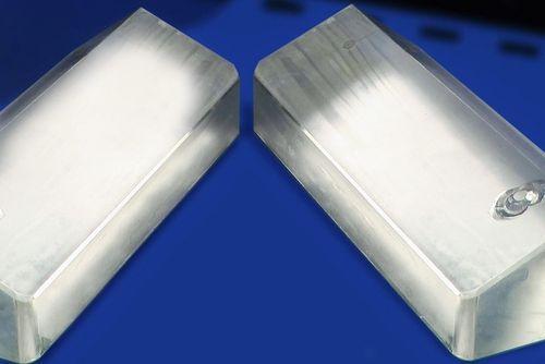 Gezeigt werden 2 Prismen, welche durch das entwickelte Verfahren schonend entklebt wurden.