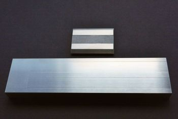 Das Grindometer 50µm aus Edelstahl mit zugehörigen Rakel ist abgebildet.