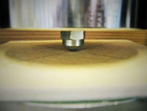 Abbildung eines Drucktest / Penetrationstest an einer GFK-Platte