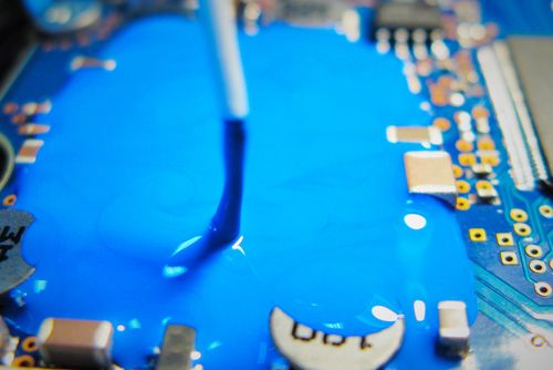 Gezeigt wird eine Vergussprobe von einem Elektronikbauteil.