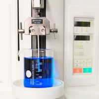 Es erfolgt die Beschichtung eines Polyamid ( PA) 6 Prüfkörpers durch das Eintauchen in eine blaue Flüssigkeit.