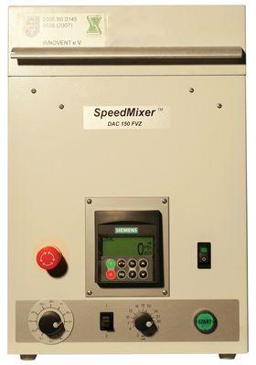Die Abbildung zeigt die Frontansicht des Speedmixers. Es sind die regler für die Einstellung der Drehzahl und der Mischzeit zu sehen. Die Steuerung hat eine Anzeige zur aktuellen Drehzahl.