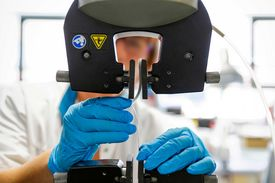 Gezeigt wird die Prüfung eines Metall-Kunststoff-Verbundes.