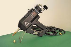 Gezeigt wird ein Foto der pneumatische Kartuschen-Heißklebepistole TR 70 der Firma Reka Klebetechnik GmbH & Co. KG .