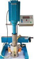 Die Abbildung zeigt einen Dispergator mit Behälterspannvorrichtung und temperierbarem Vakuumsystem im Einsatz.