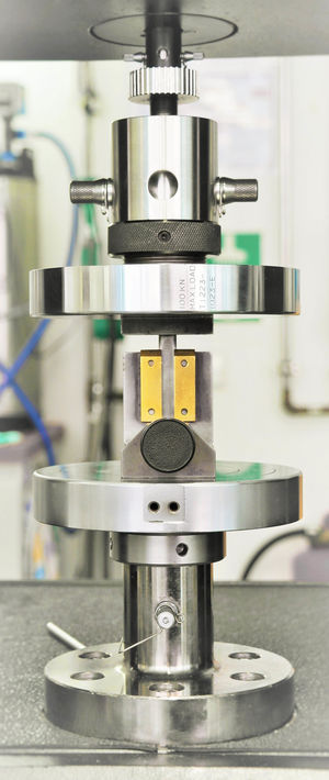 Abbildung einer Universalprüfmaschine mit Prüftellern und eingelegtem Prüfwerkzeug für Scherfestigkeitsprüfung