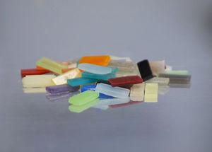 Die Abbildung zeigt verschiedenfarbige Miniaturprobekörper vor der Endbearbeitung.
