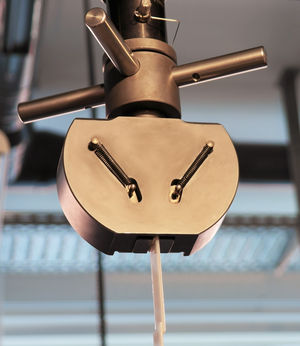 Abbildung - Zugversuch mit mechanischen Spannzangen an der Universalprüfmaschine