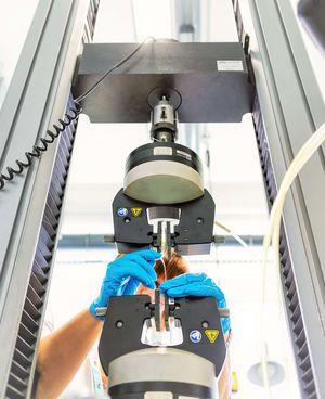 Abbildung eines Zugversuchs mit pneumatischen Spannzangen an der Universalprüfmaschine