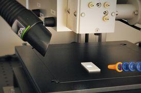 193nm ArF-Laser (Innenansicht Arbeitskammer mit xy-Verfahrtisch, Gasspülung und Absaugung)