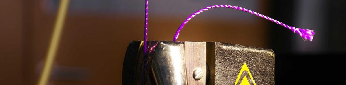 Abbildung einer pneumatischer Fadenklemme mit gespanntem Faden